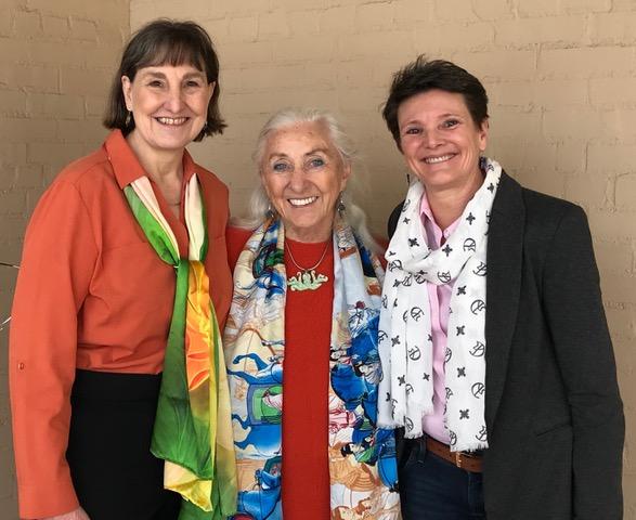 リンダ・テリントン・ジョーンズと2人のインストラクターが微笑んでいる写真