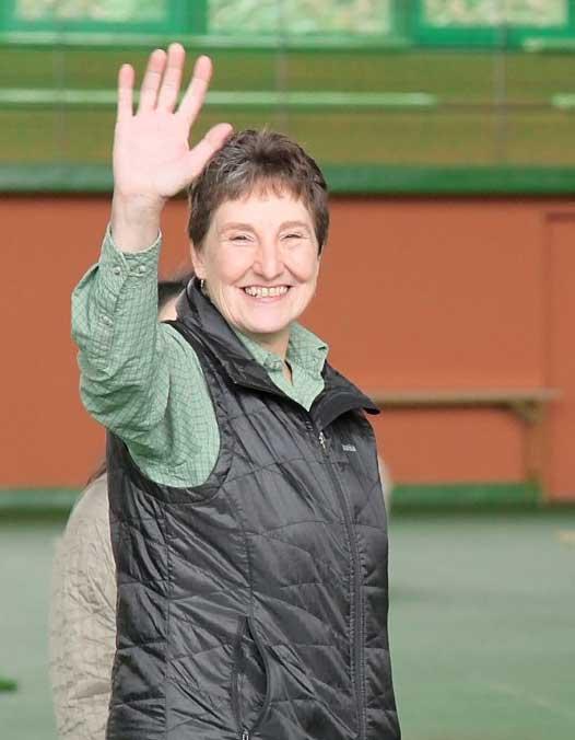 笑顔で手を上げるデビー・ポッツの写真